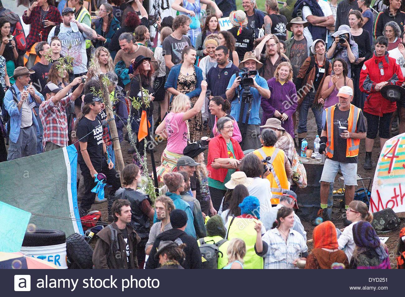 Forte di una folla di persone raccolte per un alba protestare presso il Bentley blocco vicino a Lismore; contro le intenzioni di Metgasco per trapanare per csg, 2014. Immagini Stock