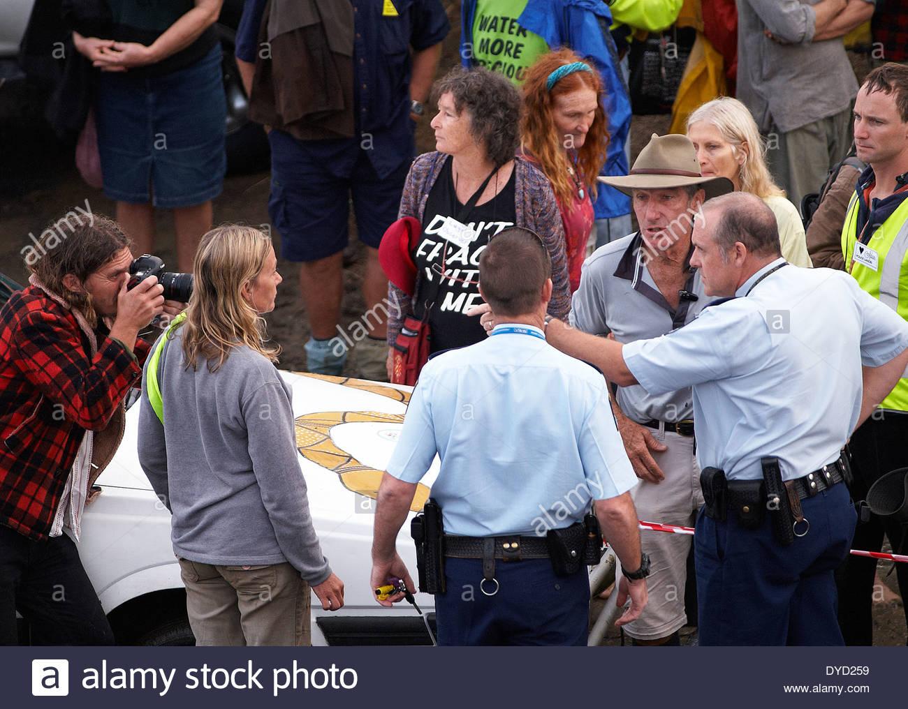 La tensione cresce come discutere di polizia protocollo con Bentley blocco leader di protesta, fotografi e rappresentanti; al Bentley, NSW, Australia. Immagini Stock