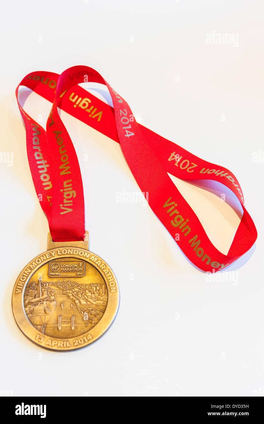 Londra REGNO UNITO. 13 aprile 2014 Londra vergine denaro medaglia della Maratona e nastro concessa a questi corridori che hanno completato il corso Credit: Giovanni Henshall/Alamy Live News JMH6160 Immagini Stock