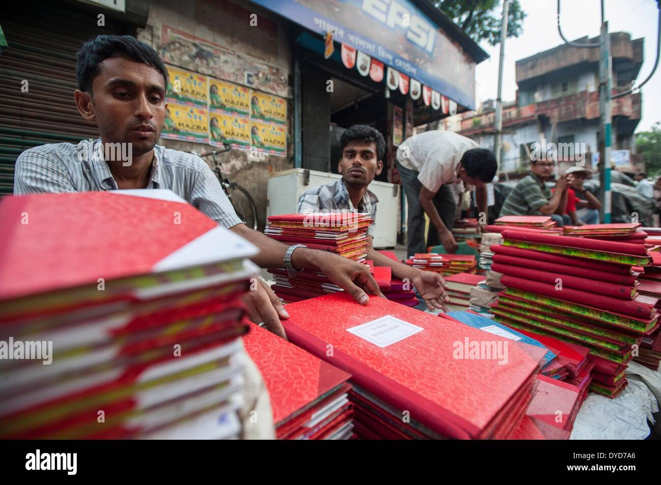Calcutta, lo stato indiano del Bengala Occidentale. 15 apr 2014. Indian ambulanti vendono nuova contabilità ledger libri a Calcutta, capitale dell'est lo stato indiano del Bengala Occidentale, 15 aprile 2014. Poila Baishakh, il primo giorno del calendario Bengali anno, è l'inizio di tutte le attività aziendali nel Bengala occidentale quando i commercianti culto del Signore Ganesha e la dea Lakshmi per contrassegnare l'anno con la ricchezza e la prosperità. © Tumpa Mondal/Xinhua/Alamy Live News Immagini Stock