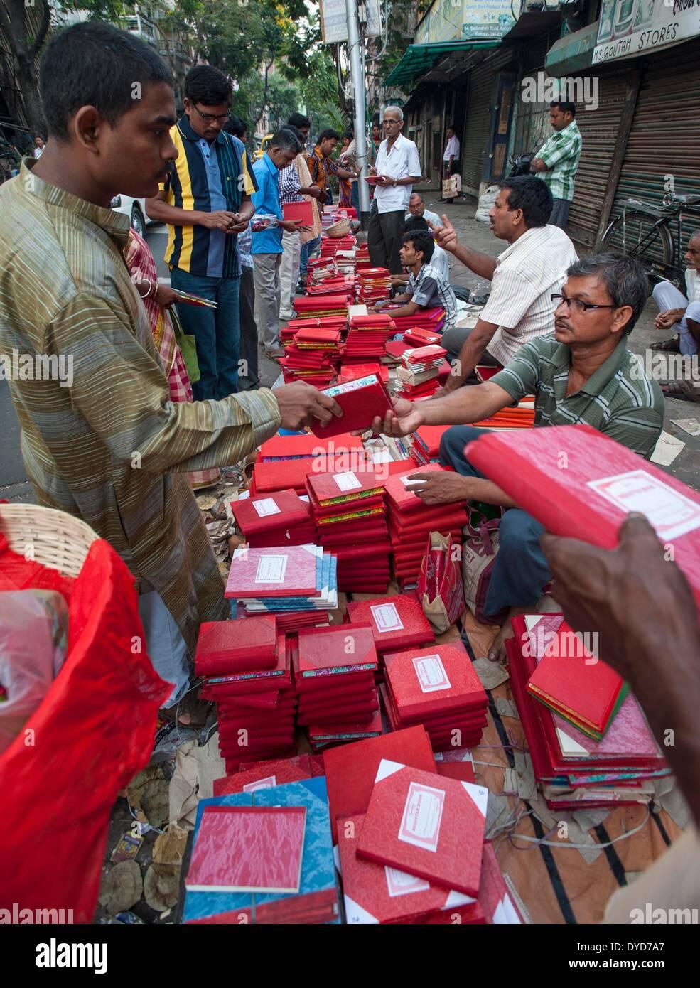 Calcutta, lo stato indiano del Bengala Occidentale. 15 apr 2014. Commercianti indiano acquista nuovo registro di contabilità libri a Calcutta, capitale dell'est lo stato indiano del Bengala Occidentale, 15 aprile 2014. Poila Baishakh, il primo giorno del calendario Bengali anno, è l'inizio di tutte le attività aziendali nel Bengala occidentale quando i commercianti culto del Signore Ganesha e la dea Lakshmi per contrassegnare l'anno con la ricchezza e la prosperità. © Tumpa Mondal/Xinhua/Alamy Live News Immagini Stock
