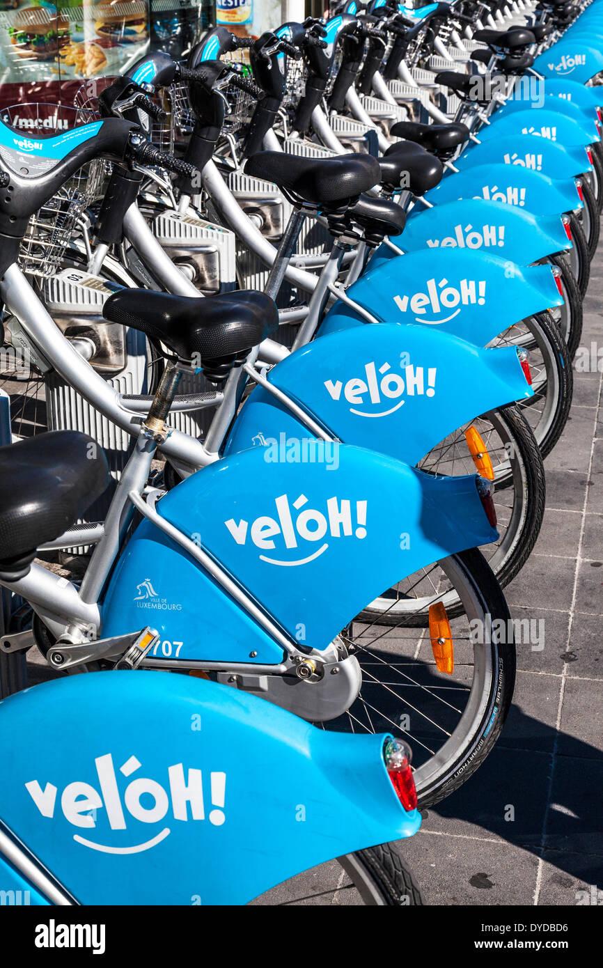 Una fila di biciclette a noleggio presso la stazione di velo nella città di Lussemburgo. Immagini Stock