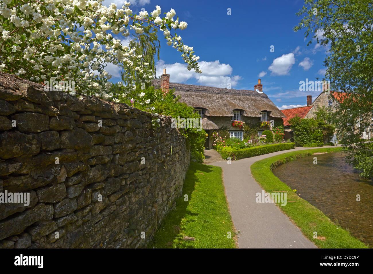 Un cottage con tetto di paglia a Thornton le Dale. Foto Stock