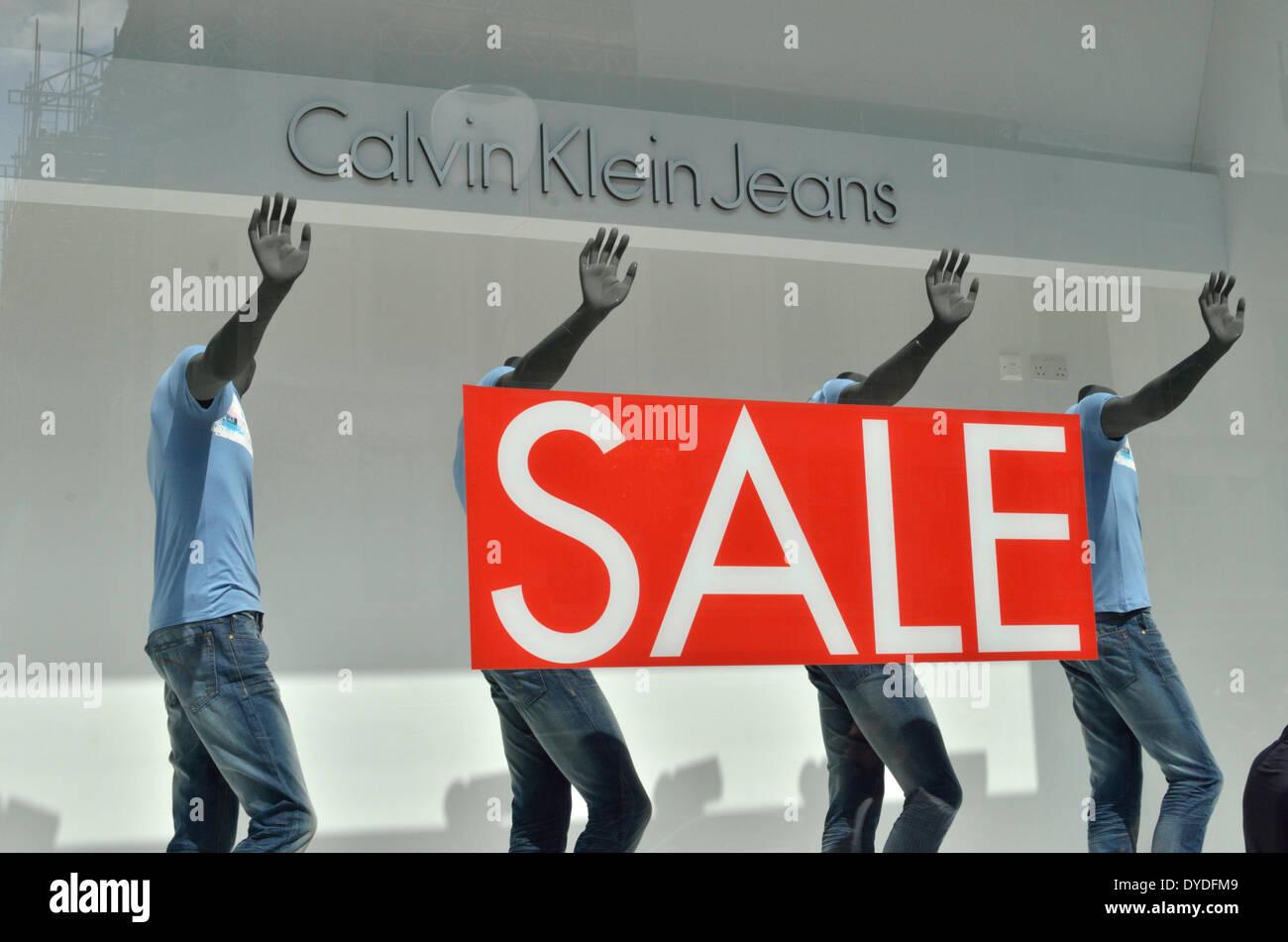 check out 6513f c131e Calvin Klein Jeans vendita accedi alla vetrina di un negozio ...