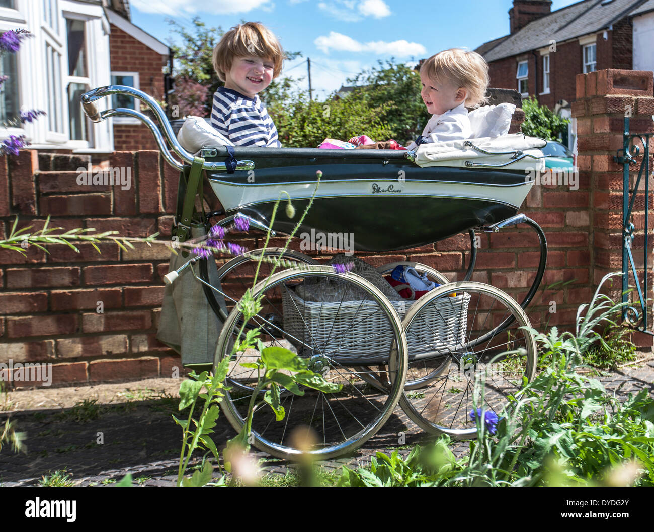 Due giovani ragazzi in un originale anni cinquanta la carrozzina. Immagini Stock