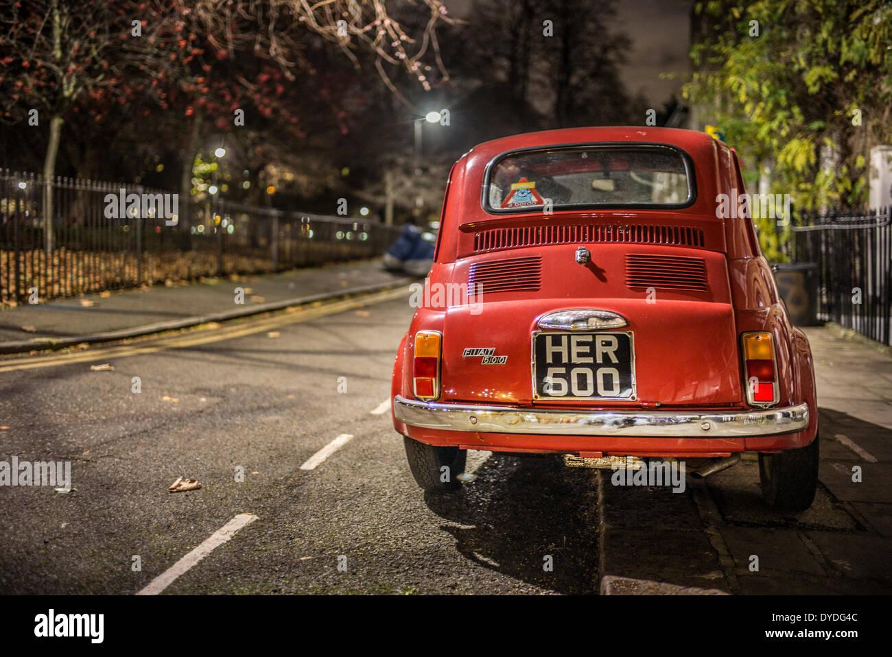 Un originale Fiat 500 parcheggiato su una strada di Londra. Immagini Stock