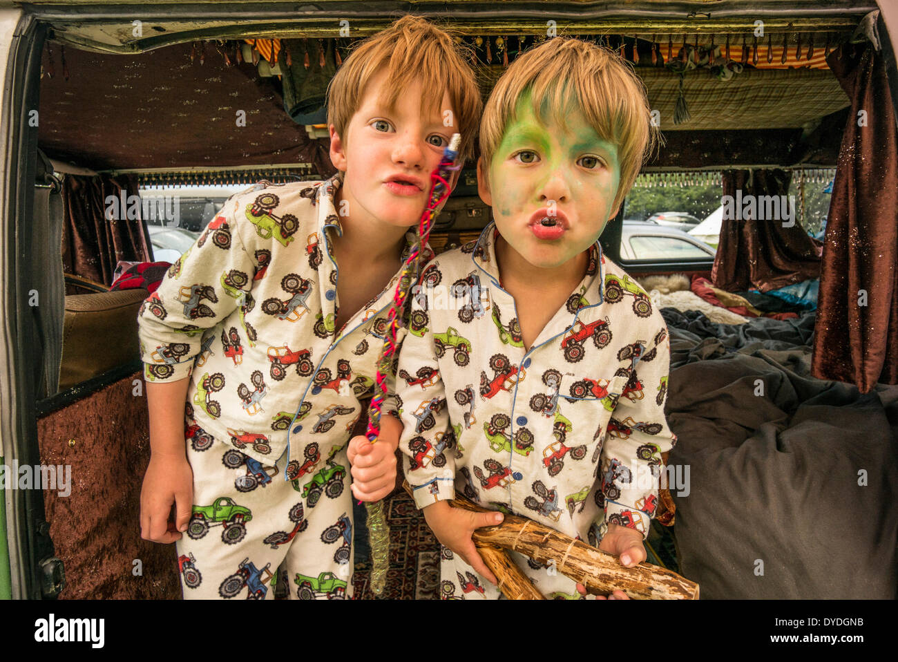 Due ragazzi divertendosi in VW camper van durante un festival. Immagini Stock