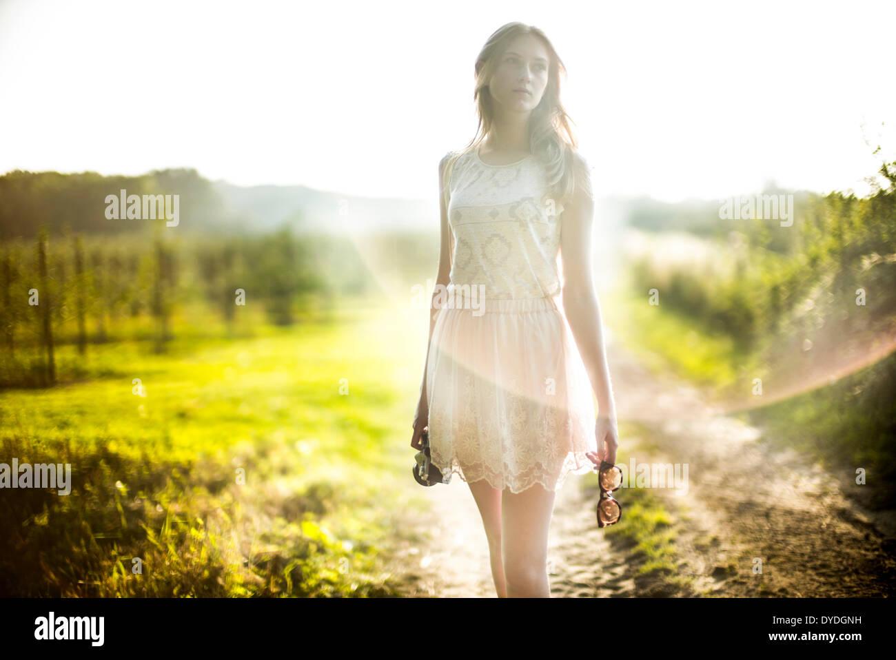 Una giovane ragazza con una cinepresa. Immagini Stock