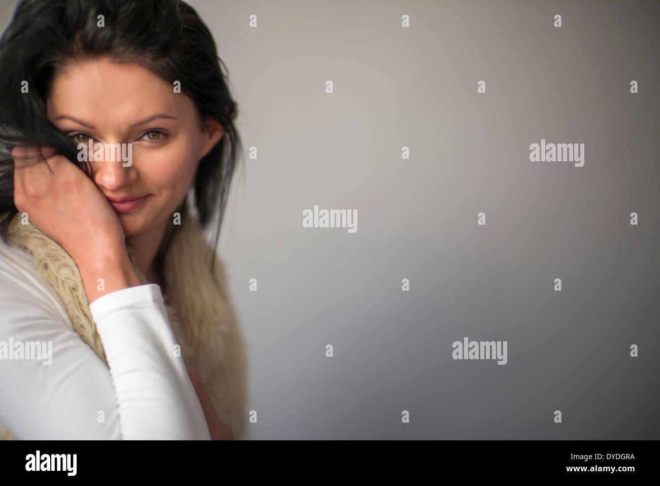 Bella donna con gli occhi di nocciola in studio. Immagini Stock