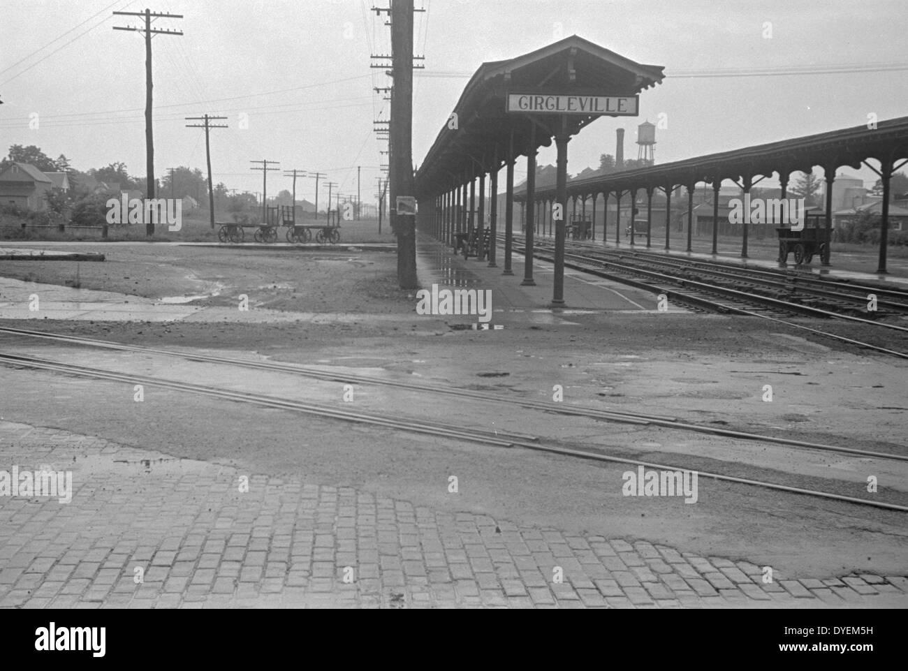 Stazione ferroviaria di Circleville, Ohio. Mostra le piattaforme deserta durante la grande depressione economica americana 1938 Immagini Stock