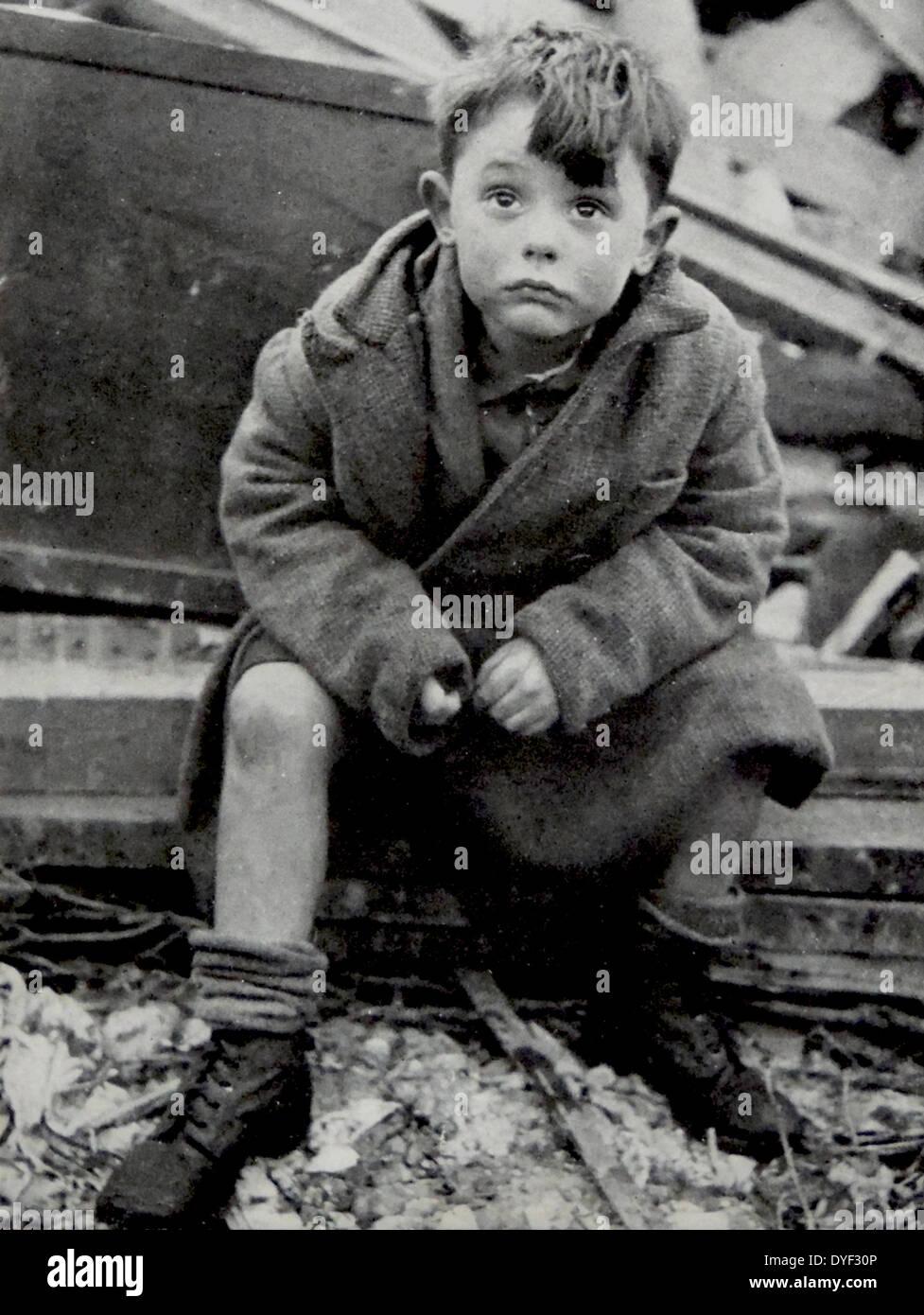 Un bambino orfano sembra sconvolta dopo essere sopravvissuto al Blitz su Londra, dal tedesco V2 razzi 1944 Foto Stock