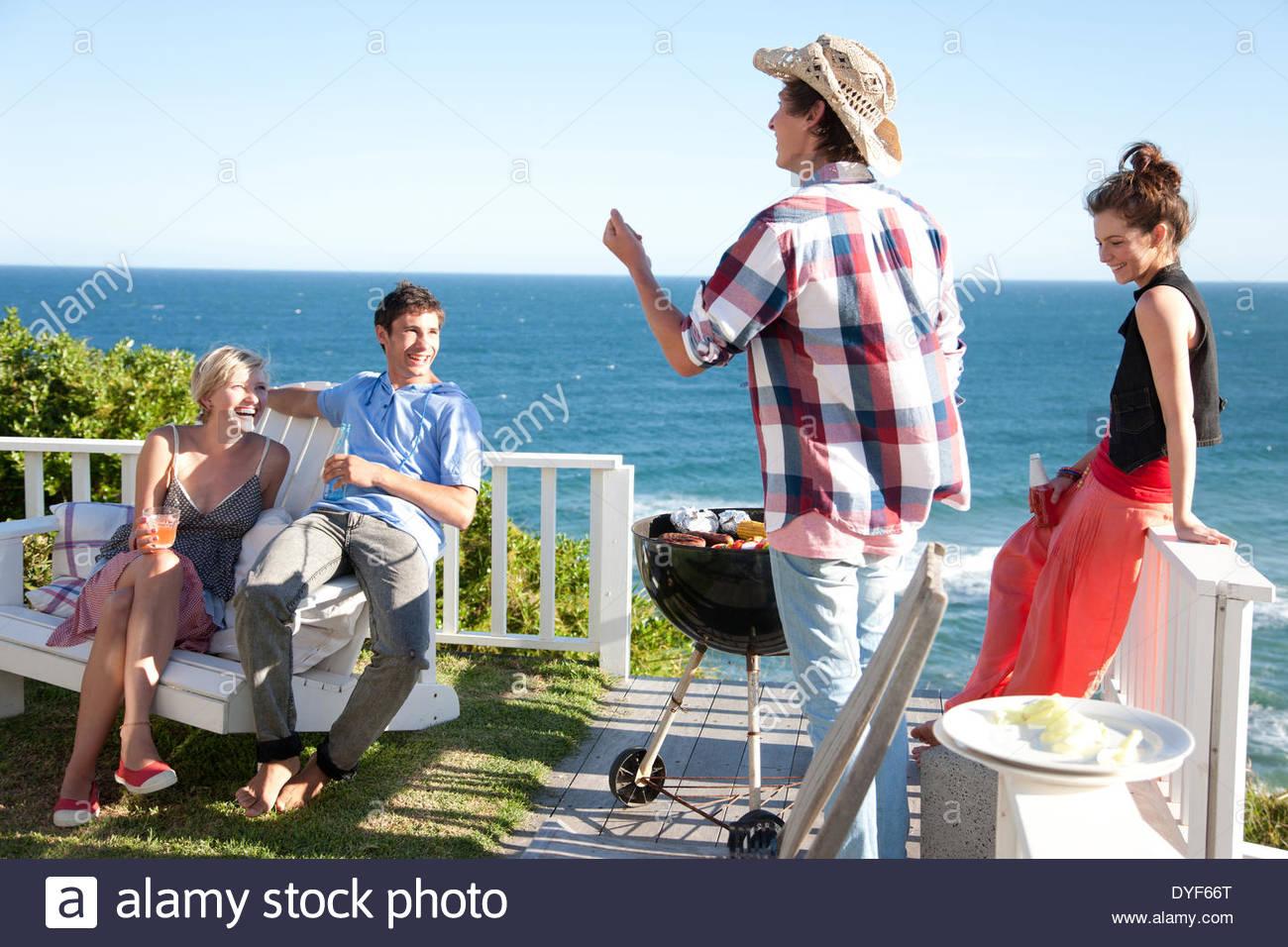 Gli amici sorseggiando barbecue Immagini Stock