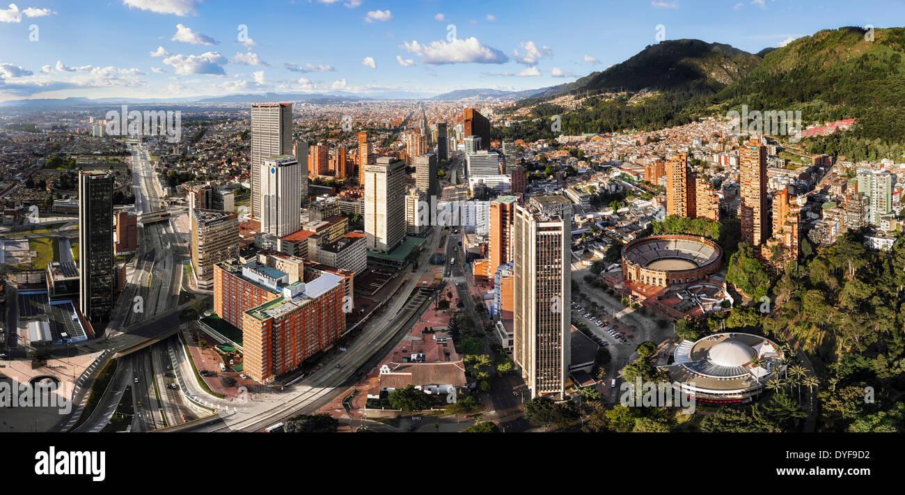 Vista panoramica di Bogotà, la capitale della Colombia. Vista aerea dell'Avenida Carrera Septima e bullring. Immagini Stock