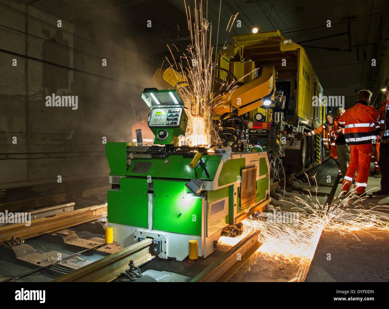 Macchina di saldatura la saldatura nuova posa i binari della ferrovia in un tunnel vicino a Francoforte - Germania - Aprile 2014. Immagini Stock