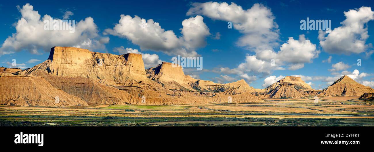 Bardena Blanca formazioni rocciose Bardenas Reales de Navarra parco naturale. Un sito Patrimonio Mondiale dell'UNESCO Foto Stock