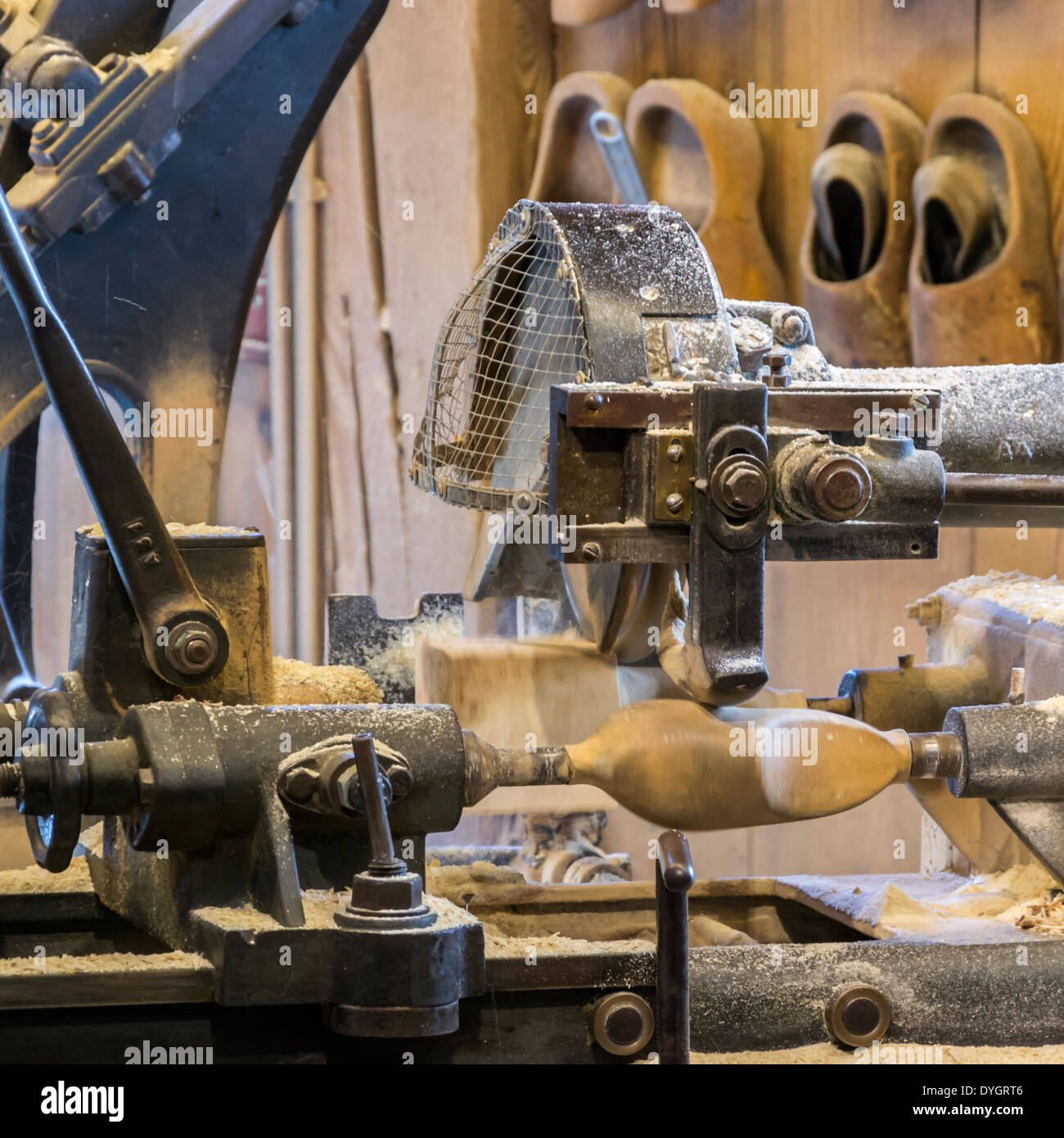Un processo di fabbricazione di zoccoli olandese Immagini Stock