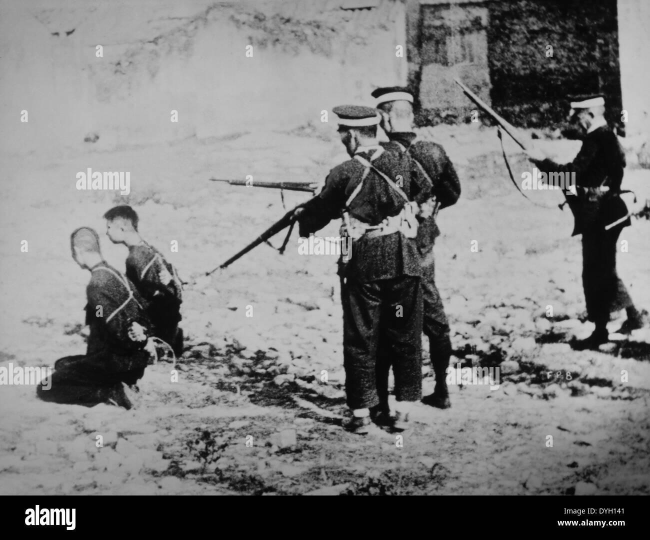 Esecuzione di due uomini cinesi da soldati giapponesi durante la Seconda Guerra Sino-Japanese, circa 1937 Immagini Stock