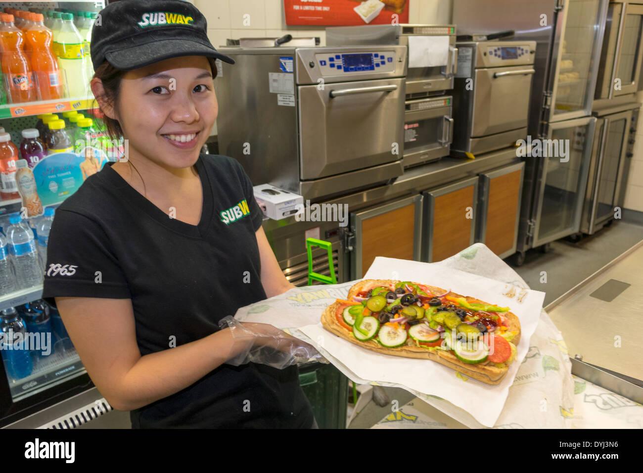 Sydney Australia NSW New South Wales CBD Central Business District Subway sandwich shop ristorante donna asiatica lavoro dipendente cibo sorridente uniforme Immagini Stock