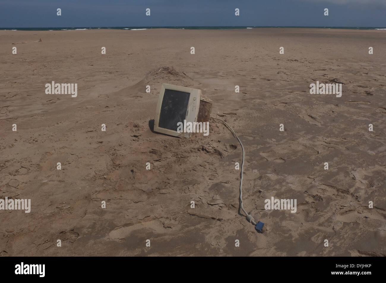 Calcolatore elettronico cestino sulla spiaggia Immagini Stock