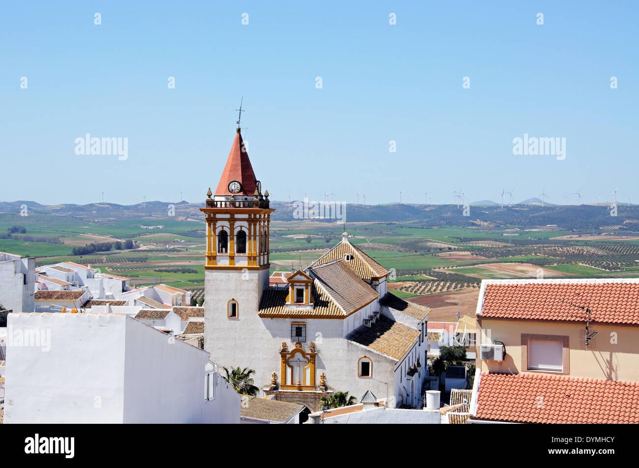 La Chiesa della Santa Croce (Santisima Cruz) e la campagna circostante, Teba, provincia di Malaga, Andalusia, Spagna, Europa occidentale. Immagini Stock