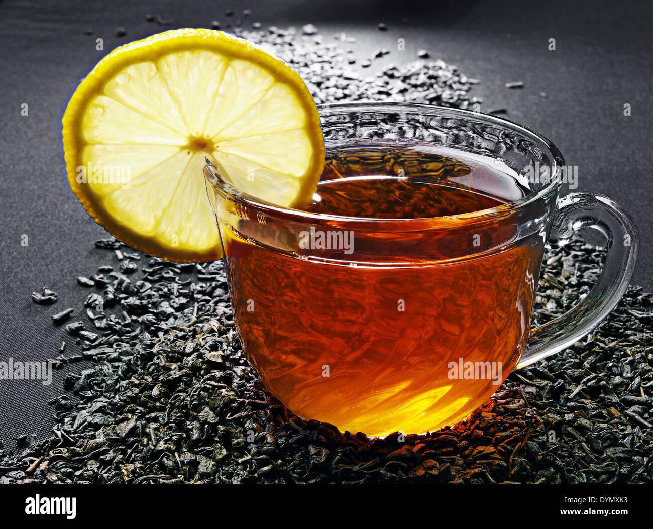Bicchiere di vetro di tè con il limone Immagini Stock