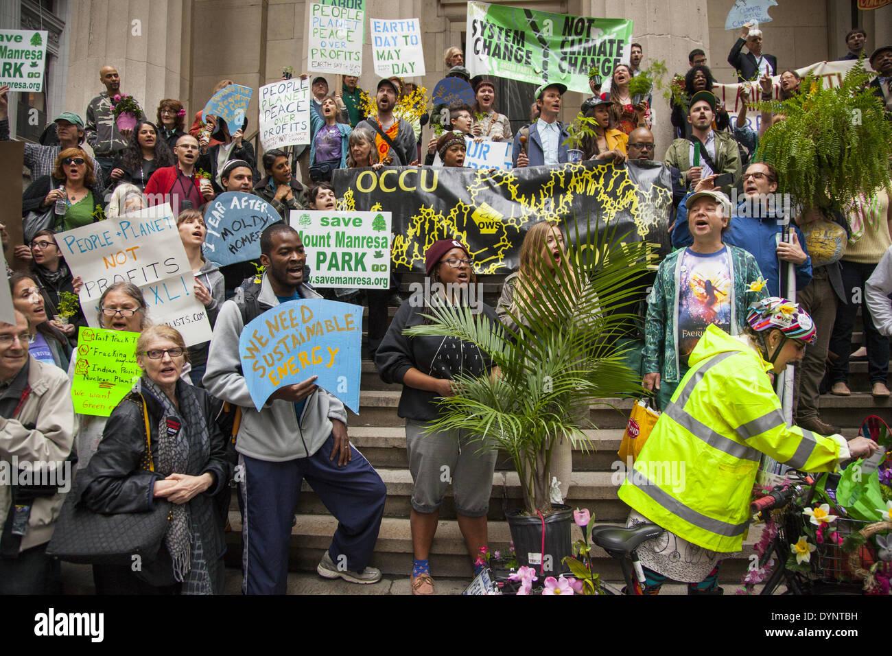 New York, NY, Stati Uniti d'America , 22 Apr 2014. Gli attivisti ambientali rally su terra giorno a Zuccotti Park, poi da marzo a Wall Street per la chiamata di sistema non modifica il cambiamento climatico. Il occupare movimento è ancora intorno a NYC sembra. Credito: David Grossman/Alamy Live News Immagini Stock