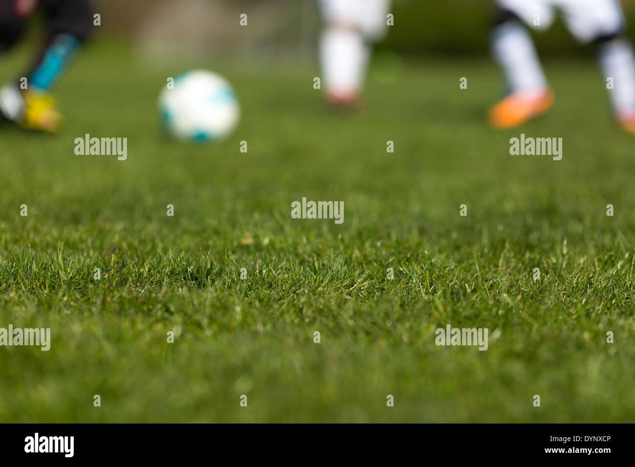 Tappeti Per Bambini Campo Da Calcio : Gambe sfocata e pallone da calcio sul verde tappeto erboso di
