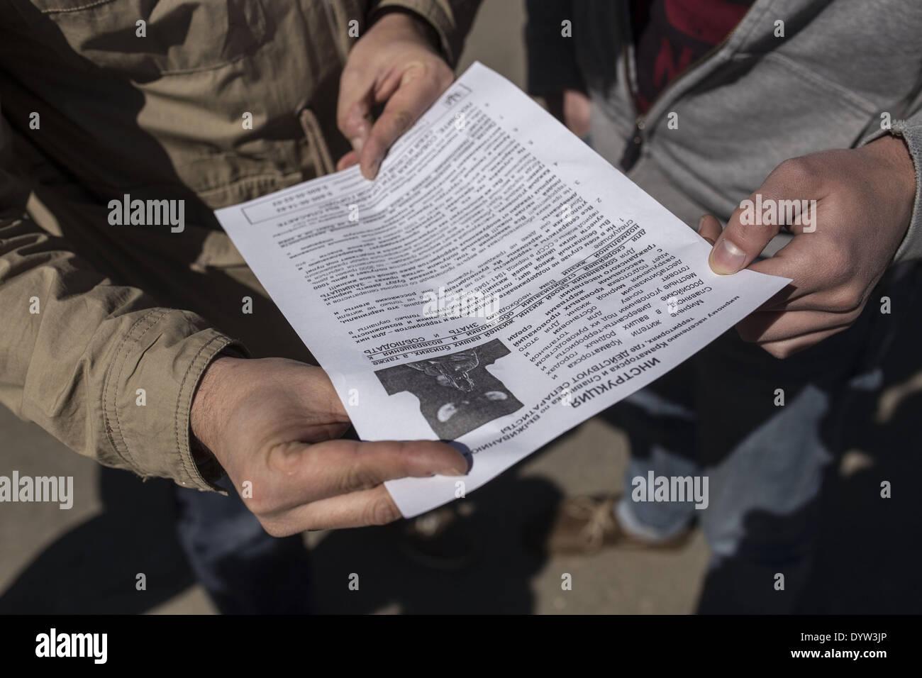 Slovyansk, Ucraina. Xxv Aprile, 2014. Le persone sono la lettura flayer contro i separatisti sulla piazza Lenin di fronte all'occupato il Consiglio comunale della città di Slovyansk. Credito: Michal Burza/ZUMA filo/ZUMAPRESS.com/Alamy Live News Immagini Stock