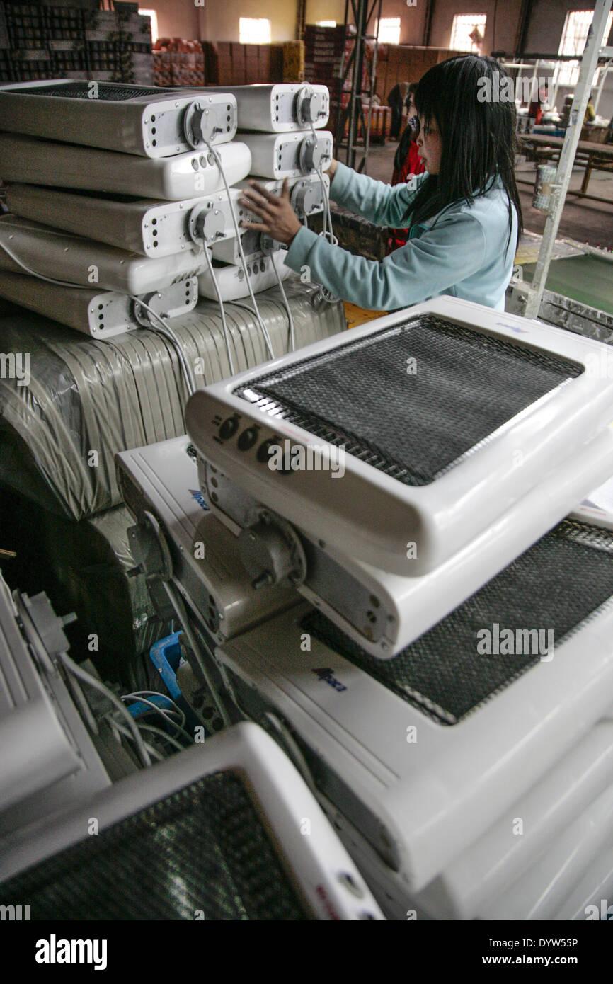 Lavoratori lavora in corrispondenza di una linea di montaggio in Chuan Ying apparecchio elettrico Co Immagini Stock