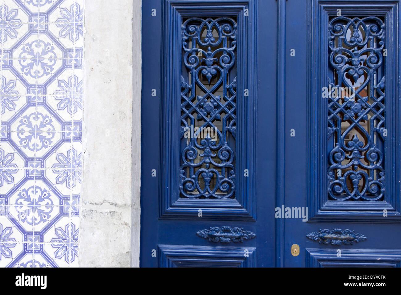 Lisbona, Portogallo. Dettaglio del tipico portoghese di piastrelle di ceramica e decorativa della porta blu. Immagini Stock