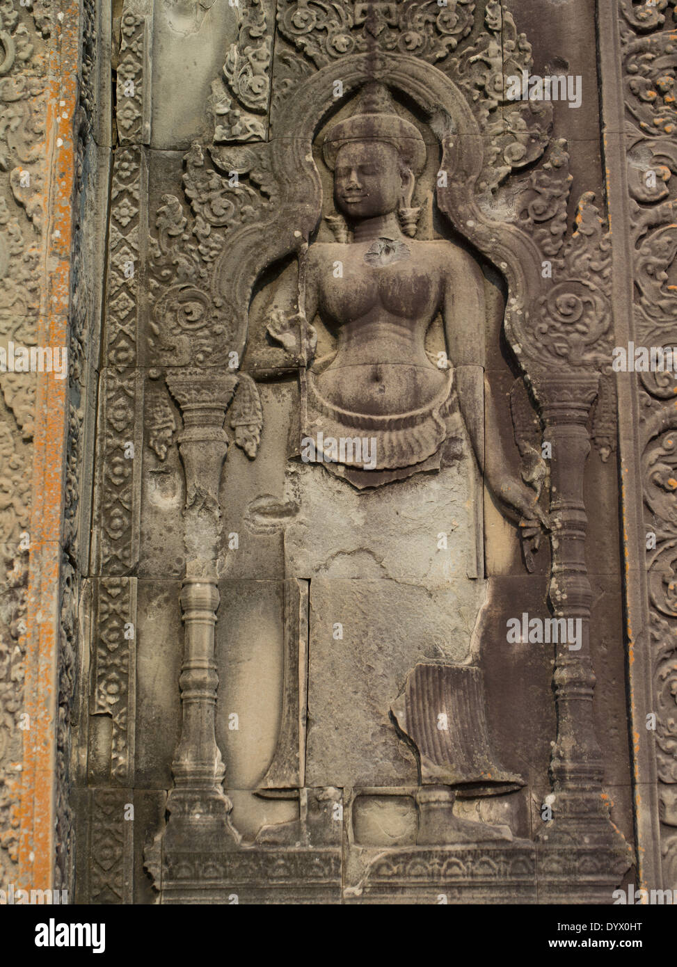 Il bassorilievo di carving Apsara in arenaria a Phnom Bakheng, Siem Reap, Cambogia Immagini Stock