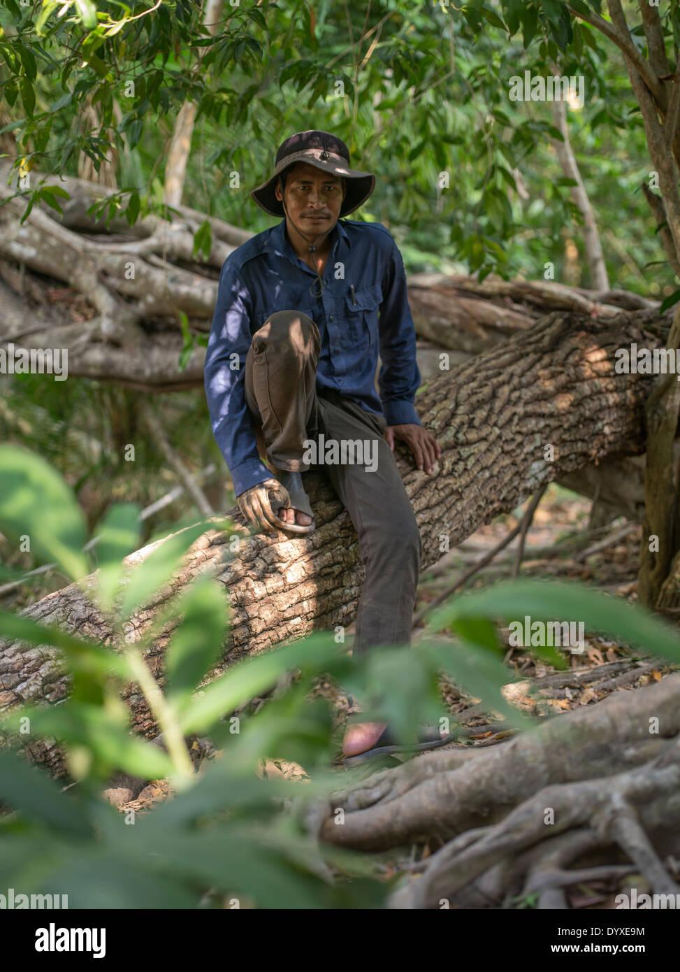 Guida cambogiano presso Il Kbal Spean che ha perso la sua mano per una mina e legno ha mano destra. Immagini Stock