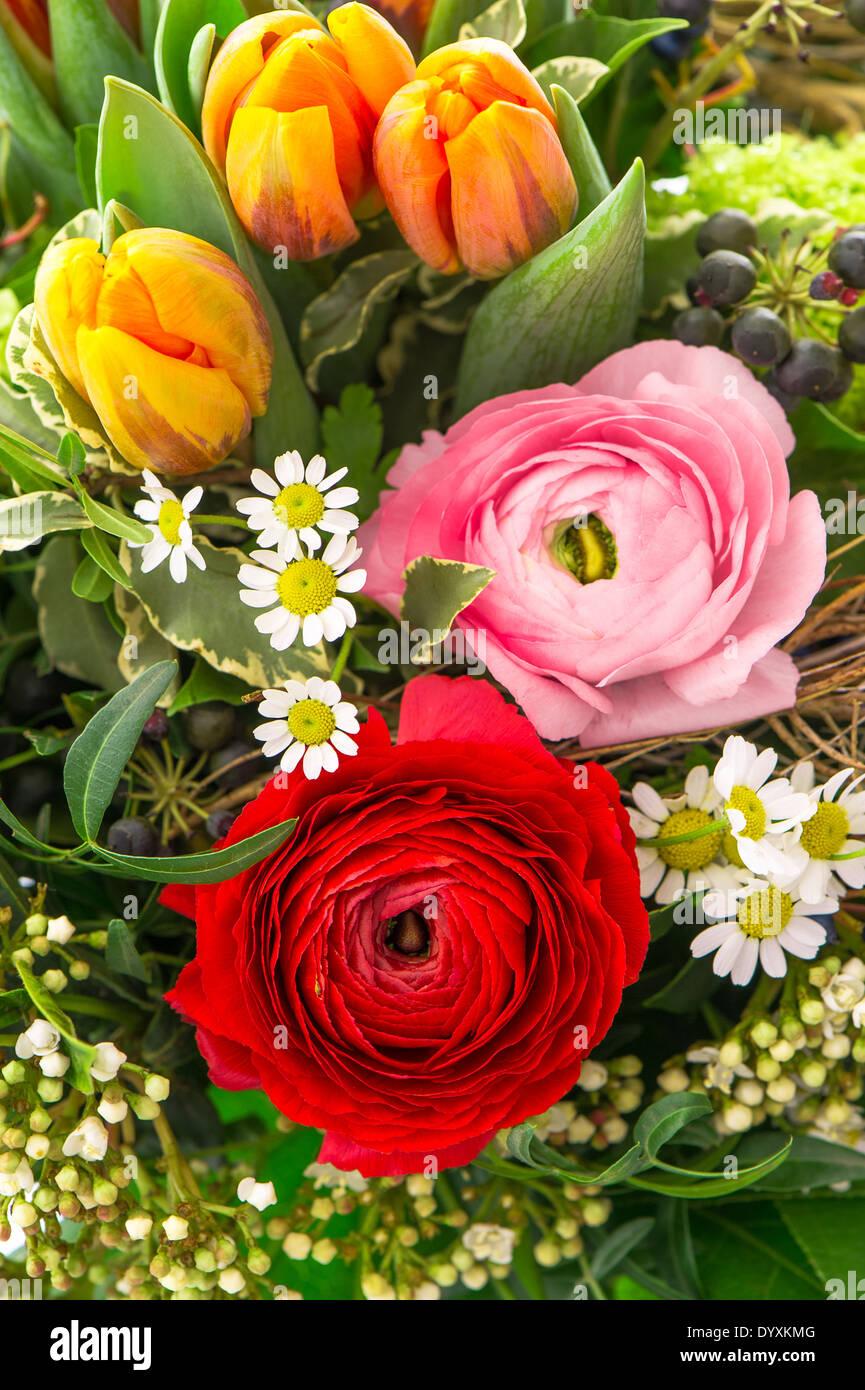 Mazzo Di Fiori Di Primavera.Bouquet Di Coloratissimi Fiori Di Primavera Ranuncoli E Tulipani