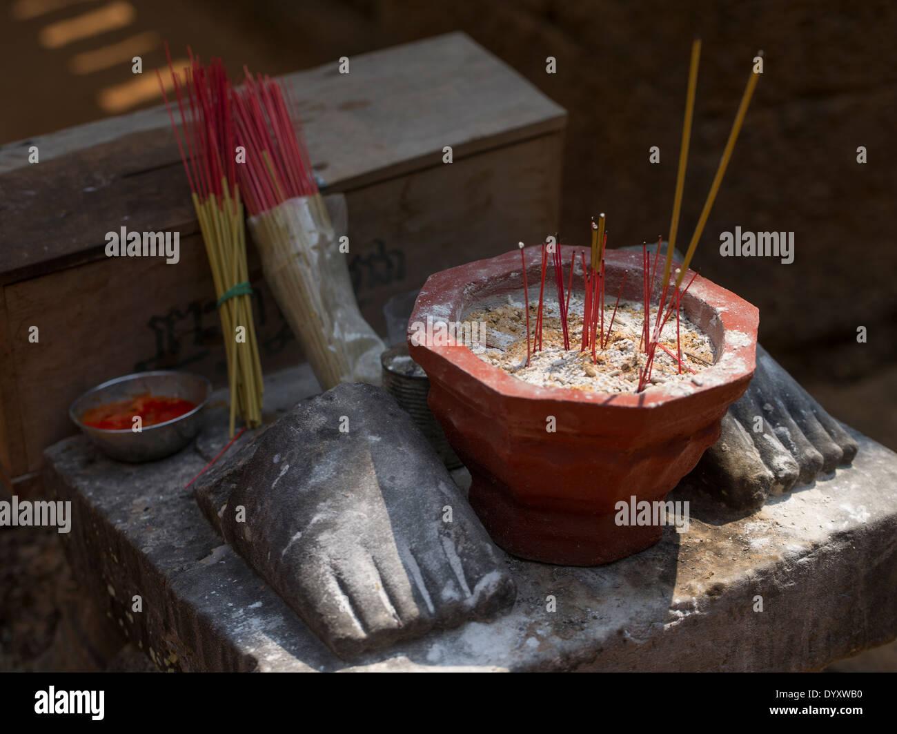 Offerta di incenso. Il Banteay Samre tempio, Siem Reap, Cambogia Immagini Stock