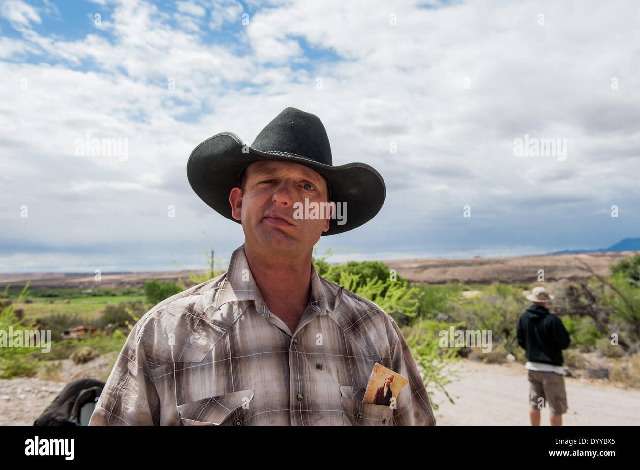 Bunkerville, Nevada, Stati Uniti d'America. 26 apr 2014. RYAN BUNDY, figlio di C. Bundy, parla alla stampa su Bundy nel suo ranch vicino a Bunkerville, Nev. Ryan Bundy ha detto che il suo padre, un proprietario terriero merlata a causa di più di 1 milione di dollari in passato a causa di tasse di pascolo per il Bureau of Land Management per pascolare il suo bestiame sulla terra BLM, non saranno più tenere conferenze stampa perché, egli sostiene, la stampa ha selvaggiamente abbia citato erroneamente il suo padre. © sarà Seberger/ZUMAPRESS.com/Alamy Live News Immagini Stock