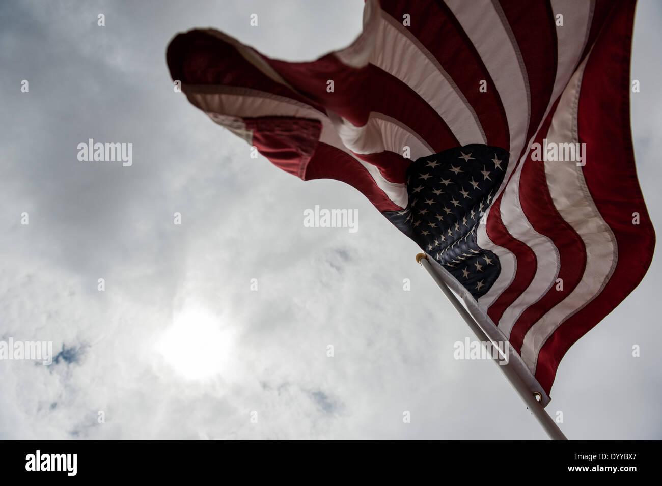 Bunkerville, Nevada, Stati Uniti d'America. 26 apr 2014. Una bandiera americana vola su una collina adiacente alla milizia camp vicino a C. Bundy nel suo ranch vicino a Bunkerville, Nev. Bundy deve più di 1 milione di dollari in passato a causa di tasse di pascolo per il Bureau of Land Management, e un elemento di distanziamento tra il proprietario terriero e gli agenti federali cercando di rimuovere il suo bestiame venuti a capo di due settimane fa. © sarà Seberger/ZUMAPRESS.com/Alamy Live News Immagini Stock