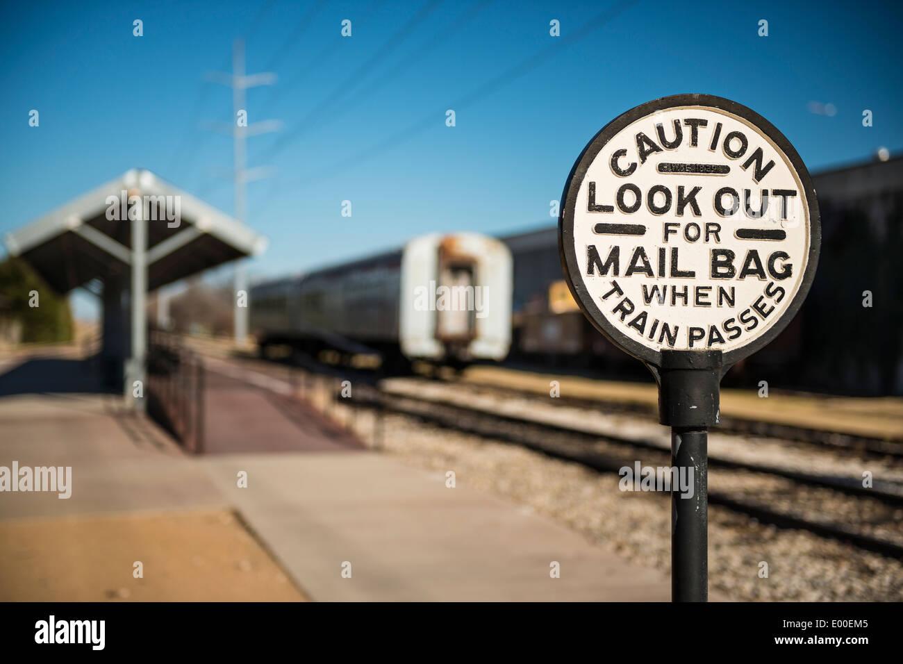 Rampa di vecchio segno di avvertimento del passaggio di sacchi di posta sui treni. Immagini Stock