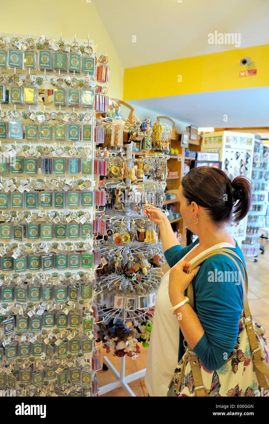 Madeira Portogallo. Una donna di mezza età navigando in un negozio di souvenir Immagini Stock