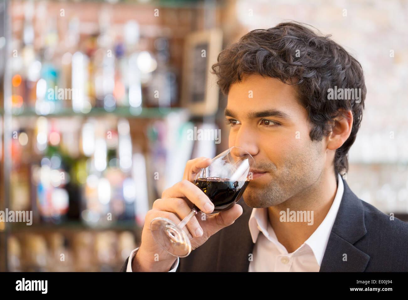 Maschio allegro caffè ristorante alcol Immagini Stock