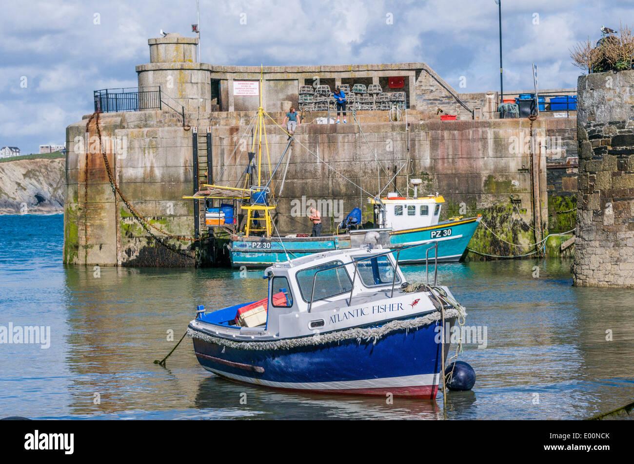 Barche da pesca ormeggiate nel porto di Newquay in Cornovaglia Inghilterra Immagini Stock