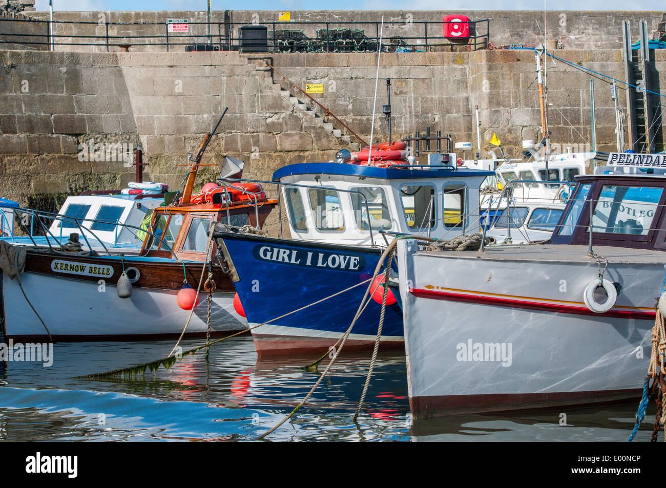 Barche da pesca ormeggiate in Newquay Harbour in Inghilterra Cornovaglia Immagini Stock