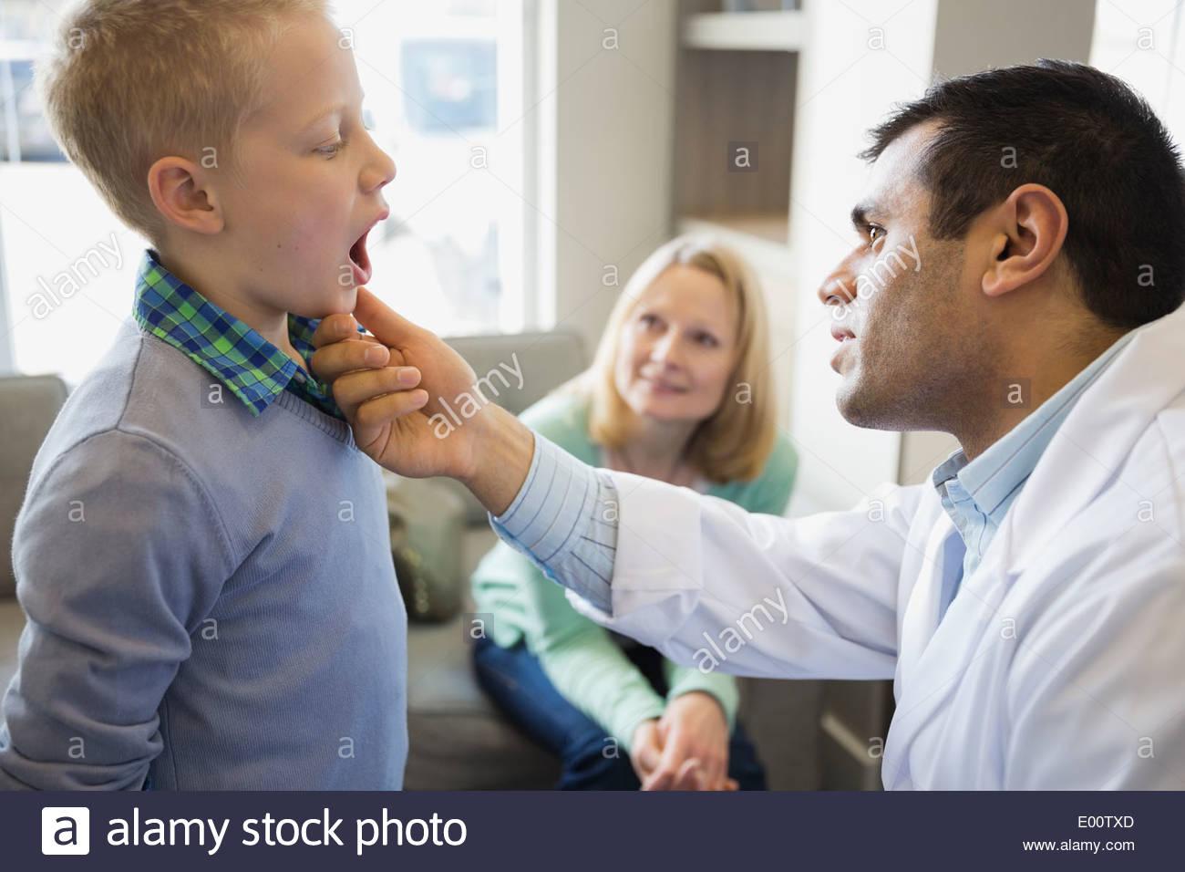 Dentista guardando nella bocca dei ragazzi Immagini Stock