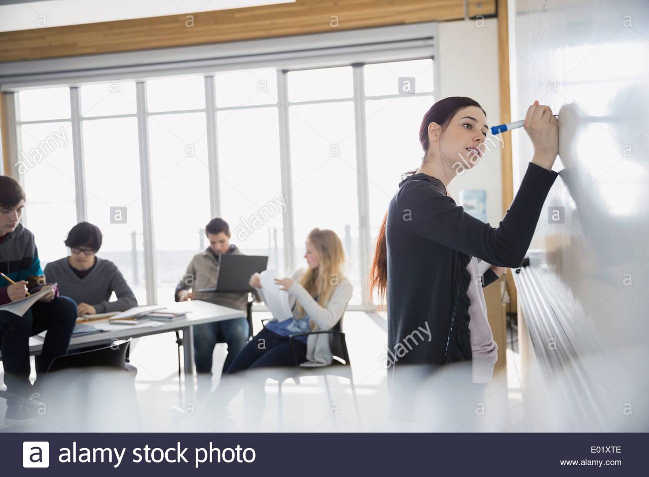 Studente di scuola superiore a lavagna in aula Immagini Stock