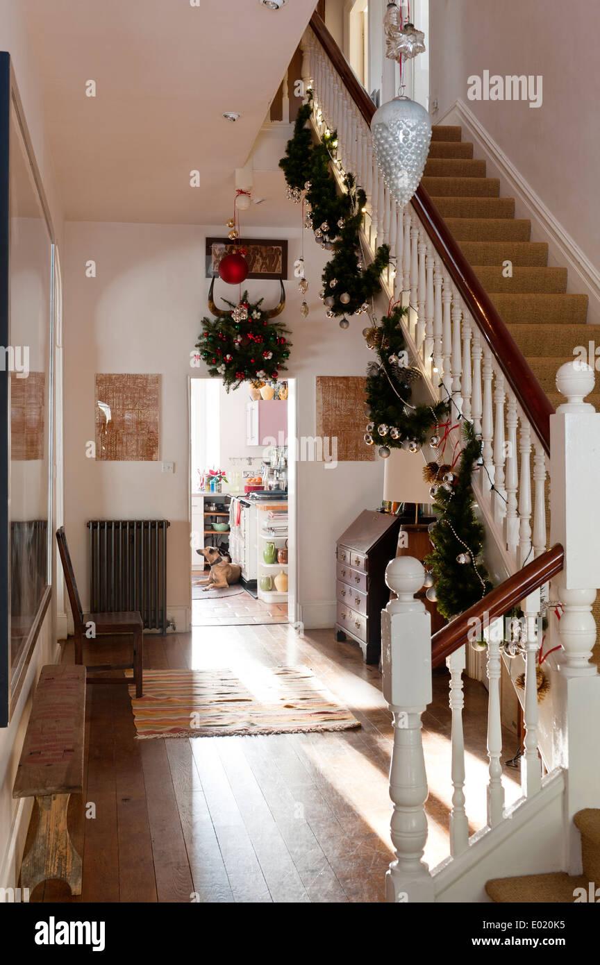 Le decorazioni di natale appeso ad una scala di un corridoio con assi di legno e addolorato - Decorazioni di legno ...