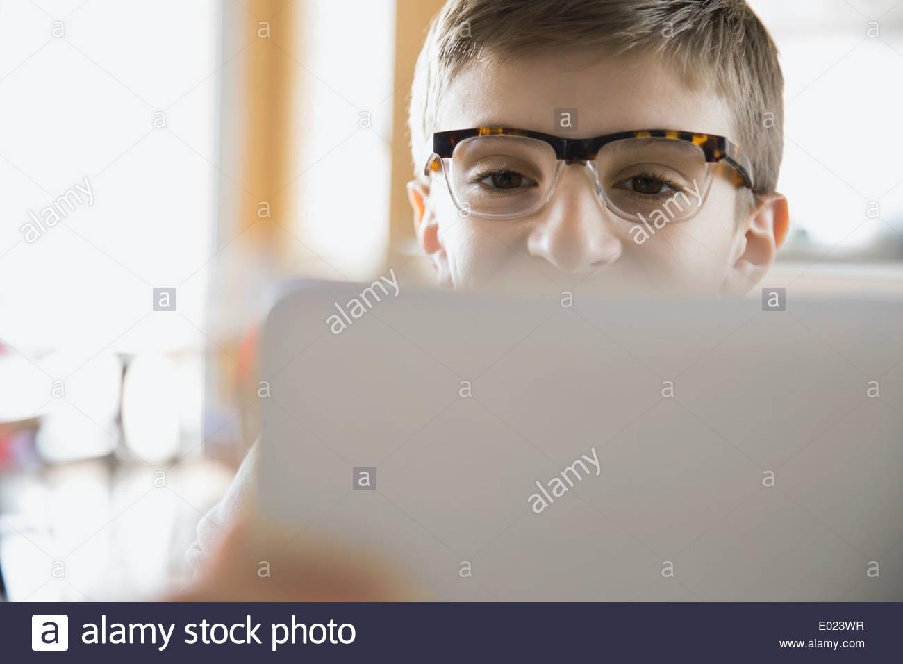 Close up di scuola boy utilizzando laptop in aula Immagini Stock