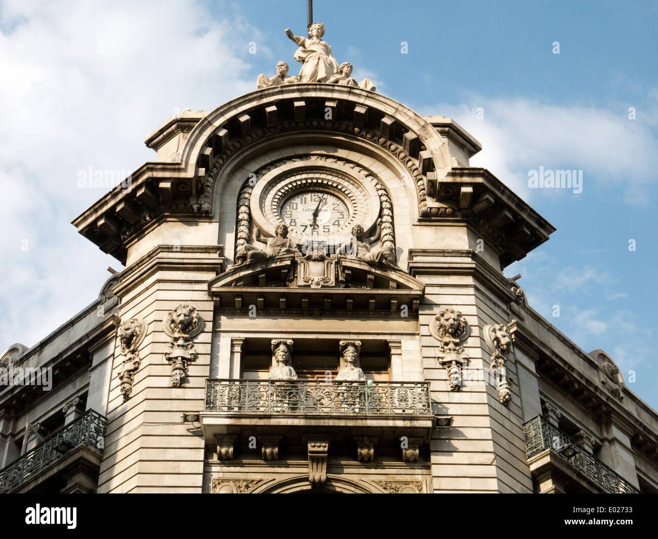 Il vecchio edificio e il suo orologio nel centro cittadino di Città del Messico Immagini Stock