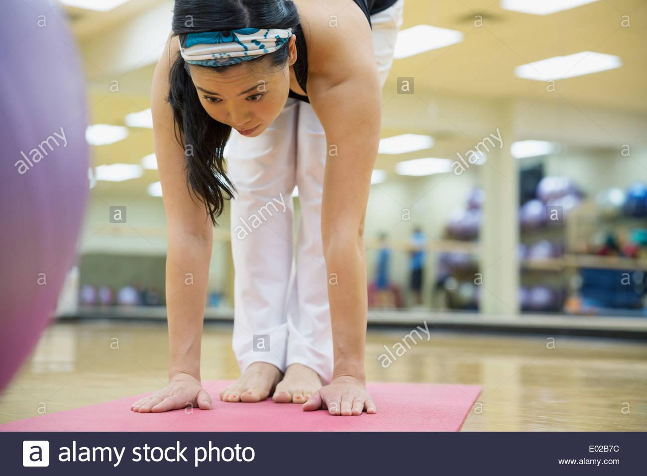 La donna a praticare yoga in palestra Immagini Stock