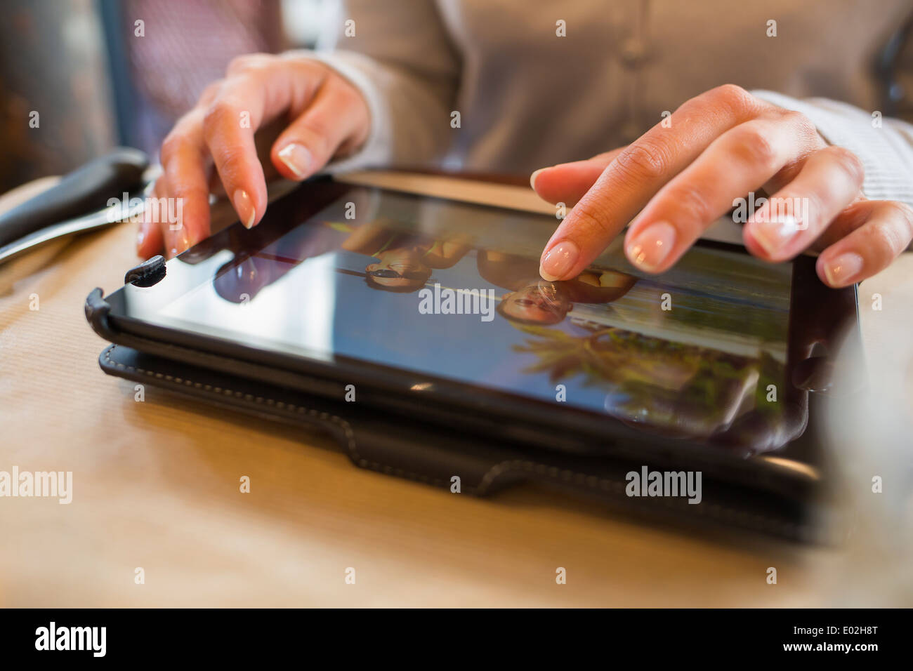 Femmina tavoletta digitale computer bar ristorante Immagini Stock