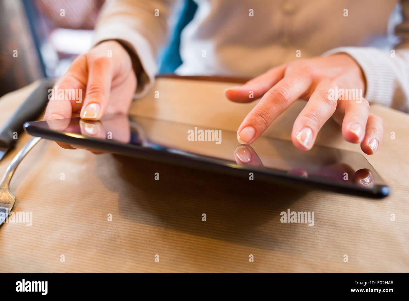 Femmina tavoletta digitale del messaggio di posta elettronica computer bar ristorante Immagini Stock
