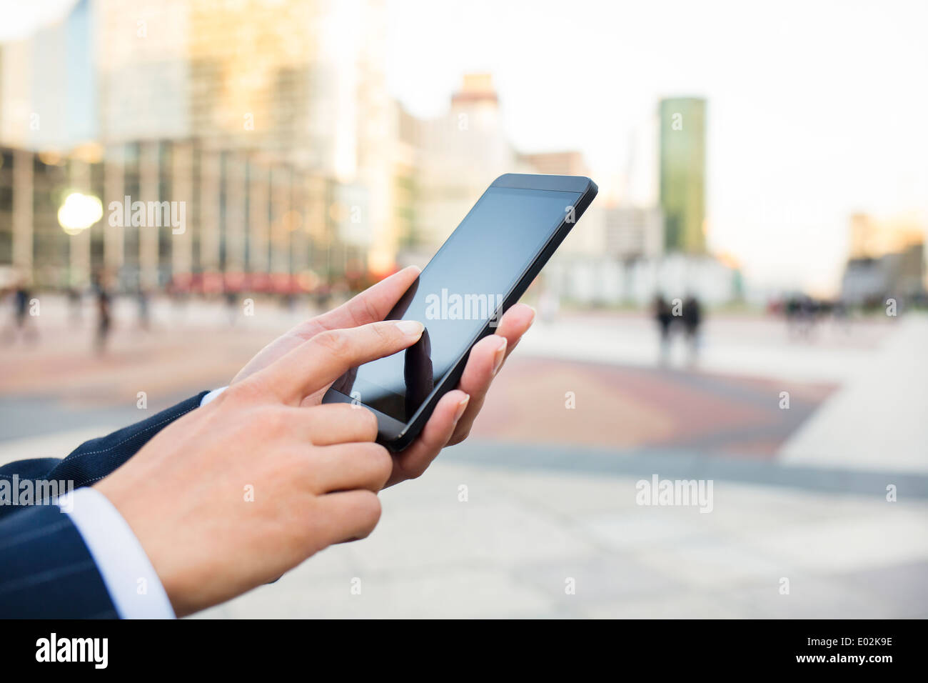 Femmina cellulare a mano outdoor sms messaggi e-mail Immagini Stock